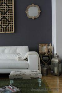 Reciclar muebles: convertir una balda de estante en un reposapiés